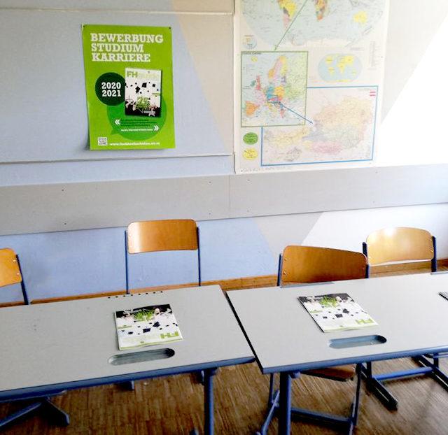 Platzierung von Foldern und Plakaten in Schulklassen